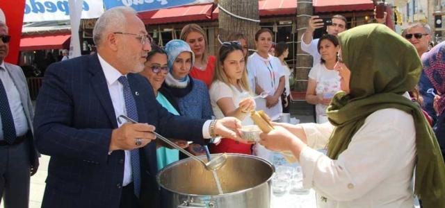 Başkan Tosyalı Vatandaşlara Aşure Dağıttı