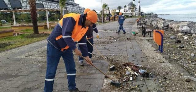 İskenderun Belediyesi'nden Sahilde Temizlik Çalışması