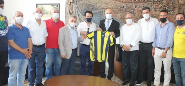 İskenderunlu Fenerbahçelilerden Kaymakam Yönden'e Forma Hediyesi