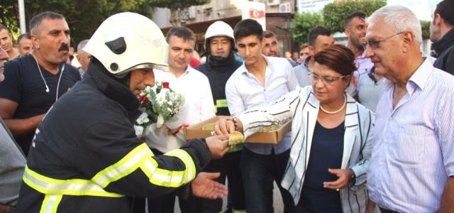 Milletvekilinden Yangına Gelen İtfaiyecilere Baklavalı Karşılama