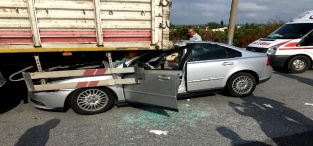 Otomobil TIR'ın Altına Girdi: 1 Yaralı