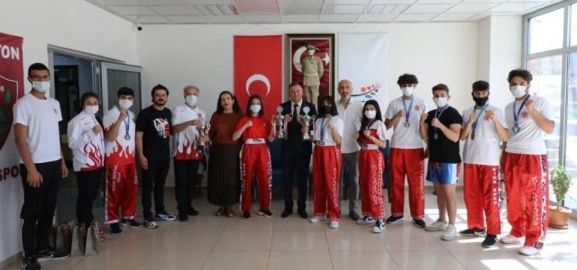 Şampiyon Sporcular Başkan Savaş'ı Ziyaret Etti