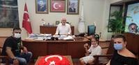 Başkan Tosyalı'dan Minik Oyuncuya Ödül